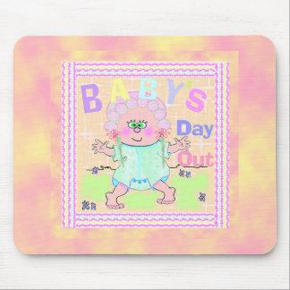 Día del bebé hacia fuera alfombrillas de ratón