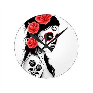 Día del chica muerto del cráneo del azúcar - blanc reloj redondo mediano