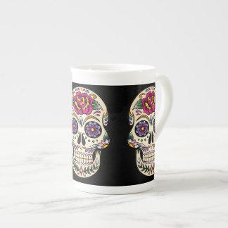Día del cráneo muerto con el rosa taza de porcelana