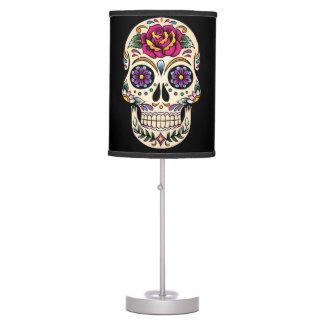 Día del cráneo muerto del azúcar con el rosa lámpara de mesa