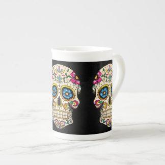 Día del cráneo muerto del azúcar con la cruz taza de porcelana