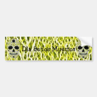 Día del cráneo muerto del azúcar - oro, negro y ve pegatina de parachoque