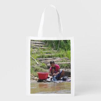 Día del lavadero en el río bolsa reutilizable
