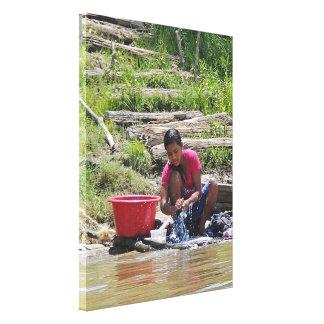 Día del lavadero en el río lona envuelta para galerías