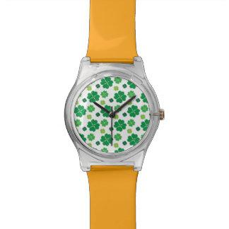 Día del St Patricks del trébol de cuatro hojas Relojes