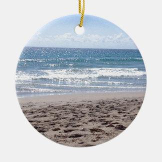 Día en la playa adorno navideño redondo de cerámica