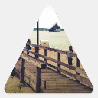 Día en la playa pegatina triangular