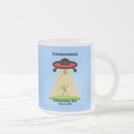 Día extraterrestre de la abducción taza de café