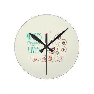 Día feliz de las enfermeras, pájaro lindo en rayas reloj redondo mediano