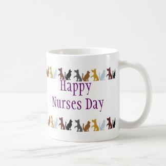 Día feliz de las enfermeras para los gatos y los p taza básica blanca