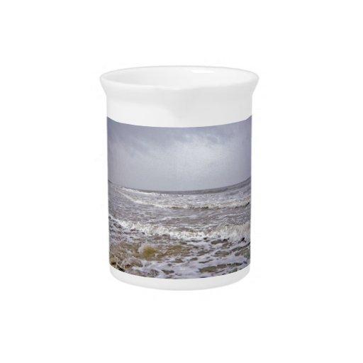 Día fresco y ventoso a lo largo de la costa jarra de beber