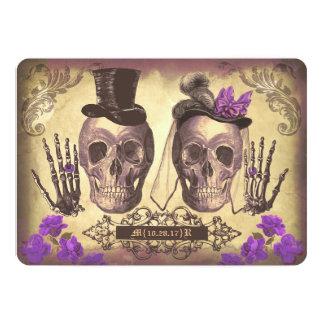 """Día gótico de los pares del cráneo de la púrpura invitación 5"""" x 7"""""""
