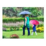 Día lluvioso en el jardín postal
