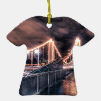 Día lluvioso en el puente de Chelsea, Londres Adorno De Cerámica En Forma De Camiseta