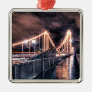 Día lluvioso en el puente de Chelsea, Londres Adorno Cuadrado Plateado