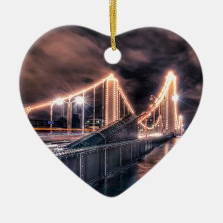 Día lluvioso en el puente de Chelsea, Londres Adorno De Cerámica En Forma De Corazón