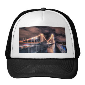 Día lluvioso en el puente de Chelsea, Londres Gorras De Camionero