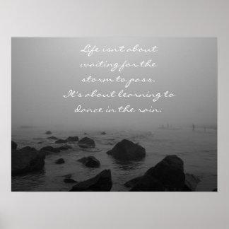 Día lluvioso en la playa póster