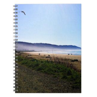 Día magnífico en playa creciente de la ciudad, spiral notebooks