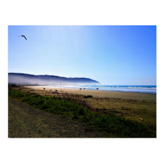 Día magnífico en playa creciente de la ciudad, tarjetas postales