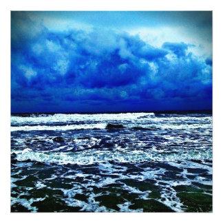 Día nublado en la playa fotos
