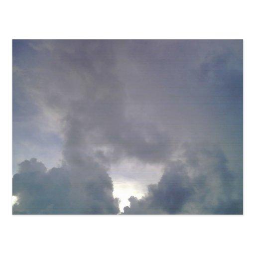 Día nublado tarjetas postales