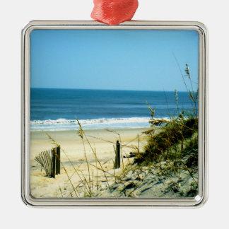 Día pacífico en la playa adorno navideño cuadrado de metal