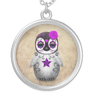 Día púrpura del pingüino muerto del cráneo del colgante redondo