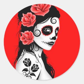 Día rojo del chica muerto del cráneo del azúcar etiqueta redonda