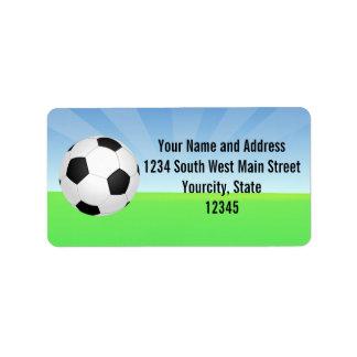 Día soleado del balón de fútbol etiqueta de dirección