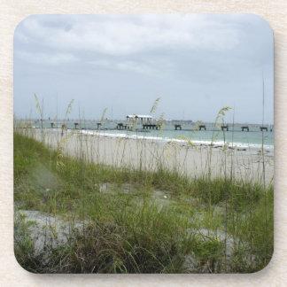 Día violento en la playa posavasos de bebida