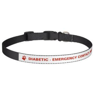 Diabético rojo de la pata y del texto con el collares de perro