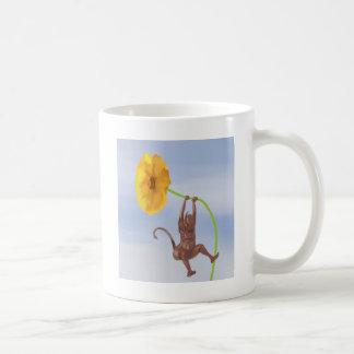 Diablo que juega con una flor taza básica blanca
