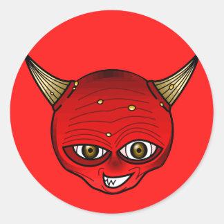 Diablo rojo con mueca del mal de los cuernos pegatina redonda