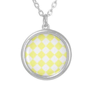 Diag a cuadros - amarillo y amarillo claro collar plateado