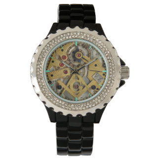 Diamante artificial con el albañil negro del reloj