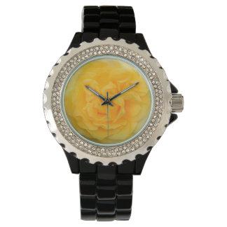 Diamante artificial del rosa amarillo con el reloj