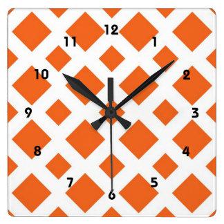 Diamantes anaranjados en blanco reloj cuadrado