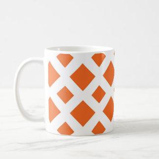 Diamantes anaranjados en blanco taza básica blanca
