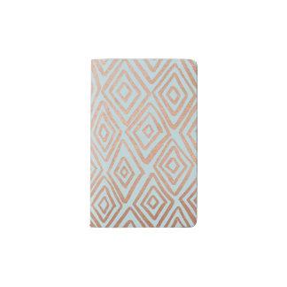 Diamantes color de rosa del oro en el cuaderno de funda para libreta y libreta pequeña moleskine