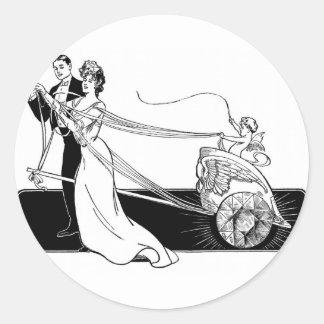 Diamantes de la boda en el crédito casado pegatina redonda