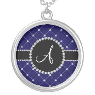 Diamantes del penacho del azul real del monograma colgante redondo