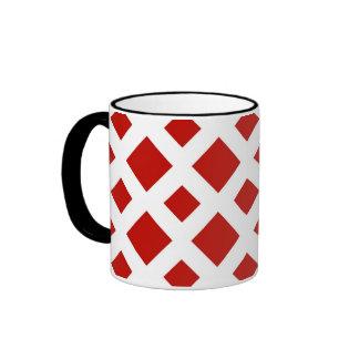 Diamantes rojos en blanco taza de café