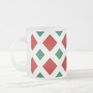 Diamantes rojos y verdes en blanco taza