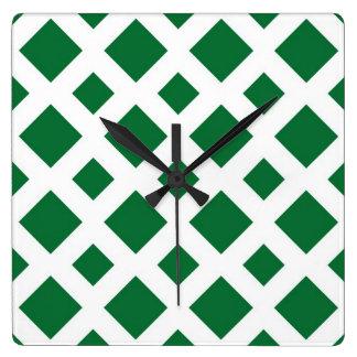 Diamantes verdes en blanco reloj cuadrado