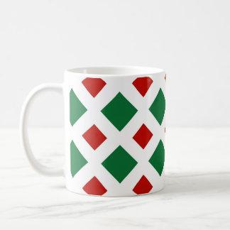 Diamantes verdes y rojos en blanco taza de café
