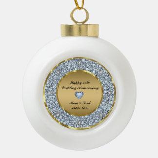 Diamantes y aniversario de boda del oro 50.o adorno de cerámica en forma de bola