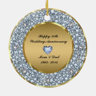 Diamantes y aniversario de boda del oro 50.o adorno navideño redondo de cerámica