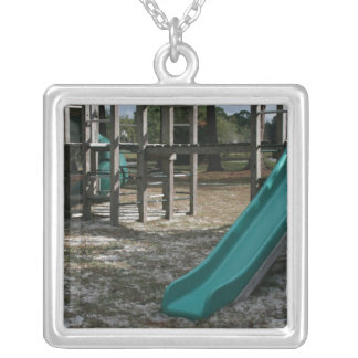 Diapositiva verde del patio, gimnasio de madera de collar plateado