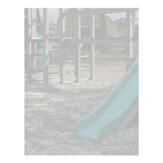 Diapositiva verde del patio, gimnasio de madera de membrete a diseño